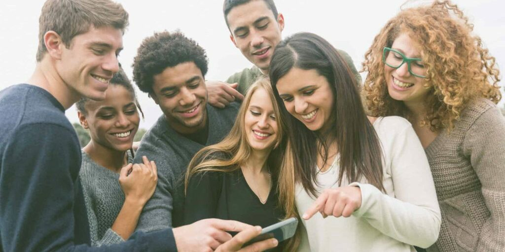shutterstock_243484990 groep jongeren mobiel